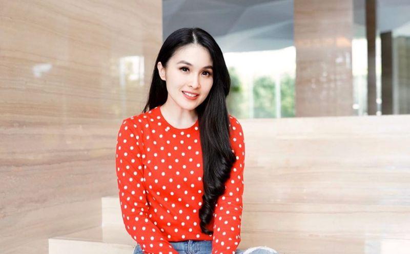 https: img.okezone.com content 2020 04 03 194 2193901 aura-cantik-sandra-dewi-kian-terpancar-dengan-outfit-polkadot-W601xuVD4A.jpg