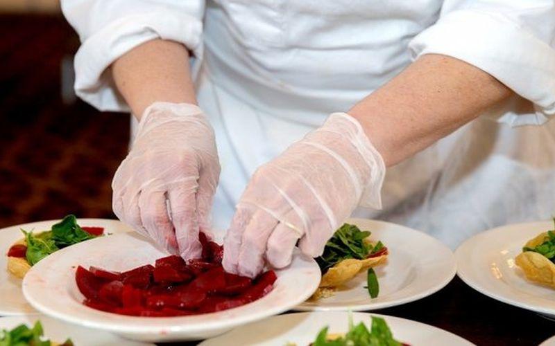 https: img.okezone.com content 2020 04 03 298 2193703 apa-saja-makanan-untuk-tenaga-medis-corona-chef-hotel-ungkap-menunya-yDgOPhzw53.jpg