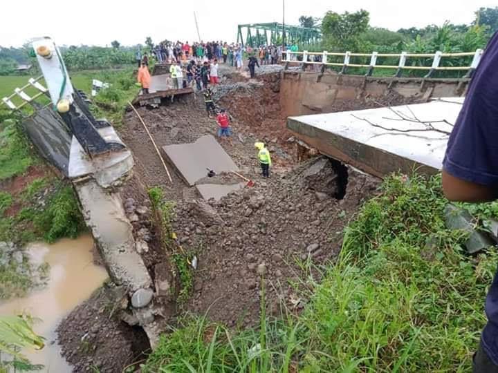 https: img.okezone.com content 2020 04 03 525 2193704 jembatan-bodem-di-purwakarta-ambruk-diduga-6-warga-jadi-korban-0VWqpLGU4h.jpg