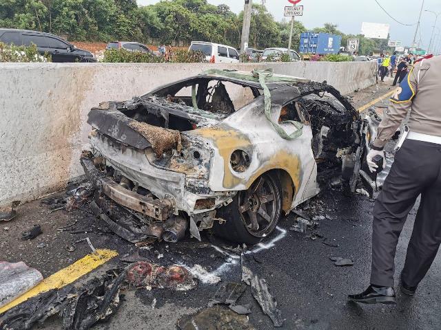 https: img.okezone.com content 2020 04 04 338 2194169 saat-kecelakaan-di-tol-jagorawi-mobil-wakil-jaksa-agung-terbakar-hRZcX4V0GA.jpg