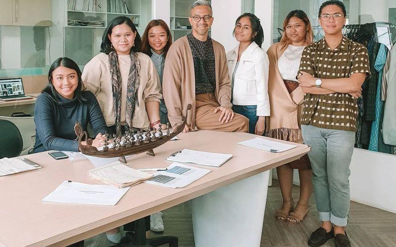 https: img.okezone.com content 2020 04 07 194 2195280 desainer-didiet-maulana-bongkar-rahasia-dapur-kreatif-ikat-indonesia-teSB50Hl8v.jpg