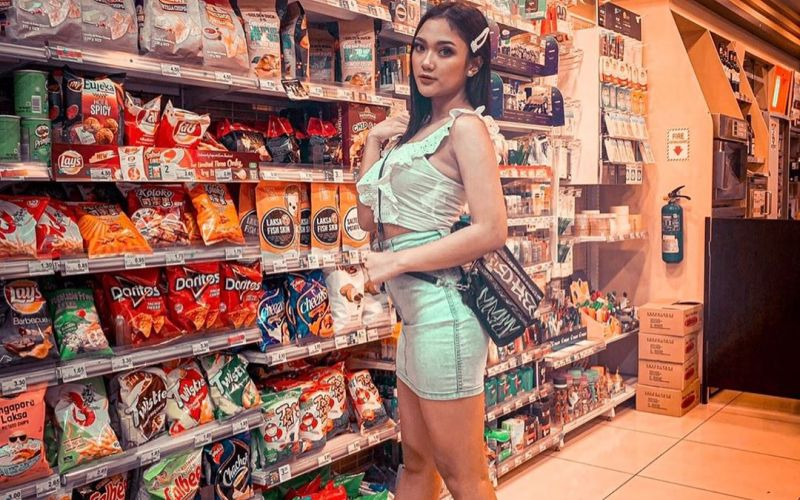 https: img.okezone.com content 2020 04 09 194 2196928 cinta-laura-hingga-marion-jola-gaya-siapa-paling-cantik-saat-ke-supermarket-R04PPghcoH.jpg