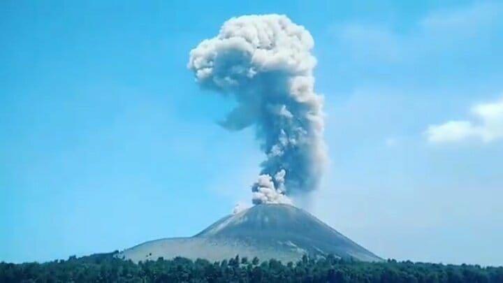 https: img.okezone.com content 2020 04 11 337 2197604 gunung-krakatau-disebut-sebabkan-pulau-jawa-dan-sumatera-terpisah-ini-penjelasan-pvmbg-5TXEBhtSTH.jpg