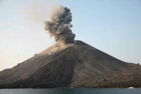 https: img.okezone.com content 2020 04 11 337 2197618 erupsi-gunung-anak-krakatau-lebih-lemah-dibandingkan-2018-S2z5TvYJXe.jpg