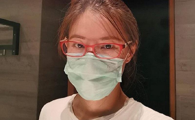 https: img.okezone.com content 2020 04 12 481 2197928 tak-mau-terpapar-virus-corona-olga-lydia-semprot-disinfektan-ke-sendal-jepit-1kltgkD4SI.jpg
