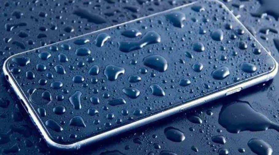 https: img.okezone.com content 2020 04 14 92 2199203 ponsel-terkena-hujan-ini-yang-harus-anda-lakukan-ZrrZGGZMcR.jpeg