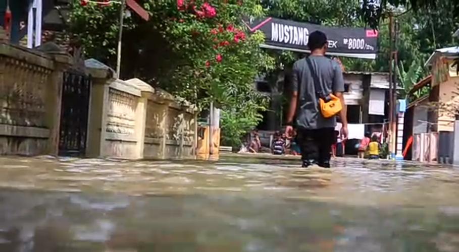 https: img.okezone.com content 2020 04 15 525 2199508 sungai-ciberes-meluap-3-desa-di-cirebon-terendam-banjir-1-meter-YMC32KdWWB.png