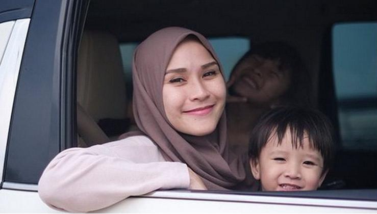 https: img.okezone.com content 2020 04 15 617 2199606 gaya-hijab-ala-zaskia-adya-mecca-saat-bermain-bersama-anak-FqR4AsvCNl.jpg