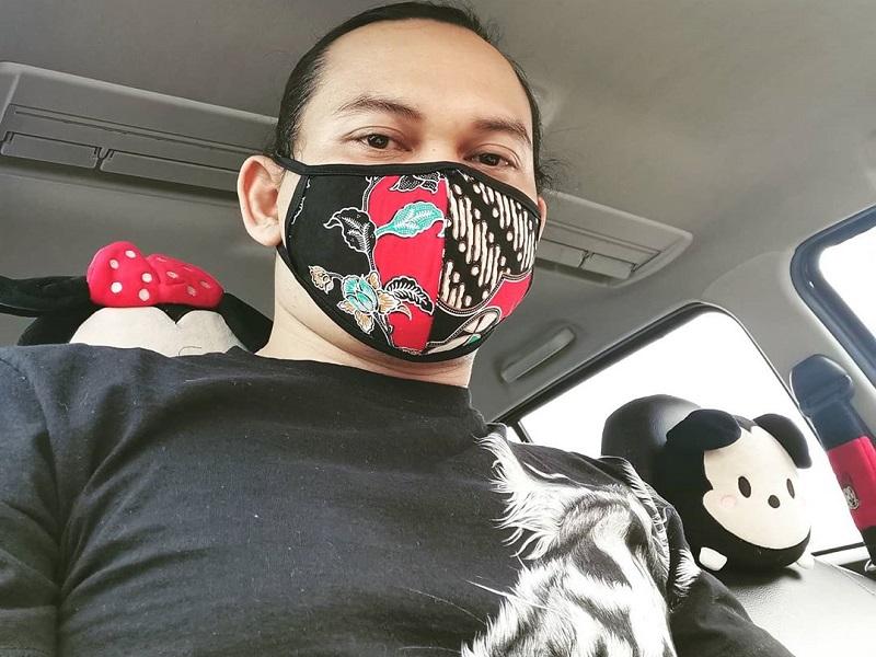 https: img.okezone.com content 2020 04 16 194 2199921 kerennya-penampilan-mbah-mijan-pakai-masker-kain-motif-batik-Aih2QTb0VA.jpg
