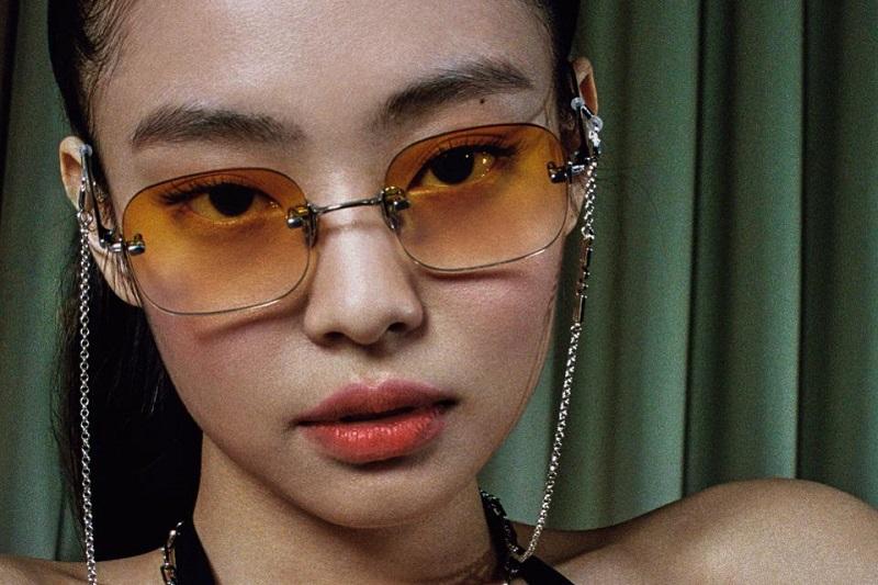 https: img.okezone.com content 2020 04 16 194 2199936 intip-gaya-jennie-blackpink-di-pemotretan-untuk-brand-kacamata-trendi-V2nuCaUrcV.jpg