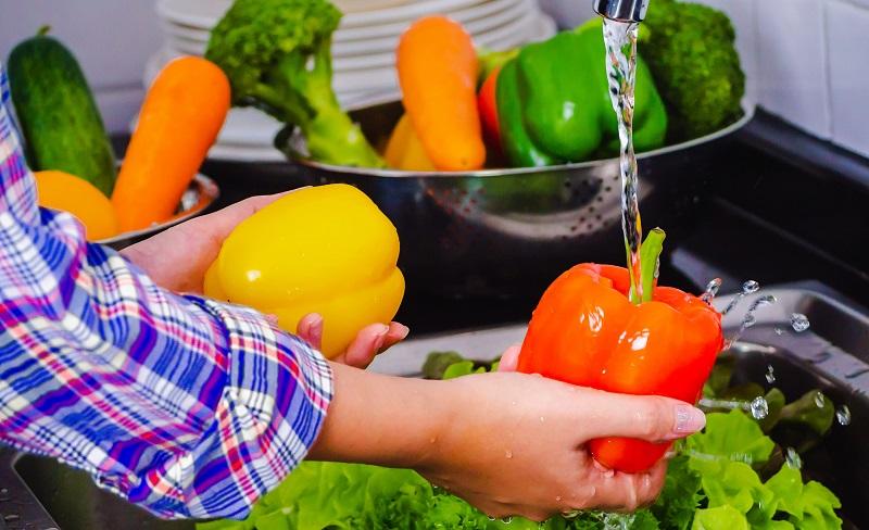 https: img.okezone.com content 2020 04 17 298 2200656 bisakah-covid-19-hidup-di-sayuran-dan-buah-Dvt8rBRoNW.jpg