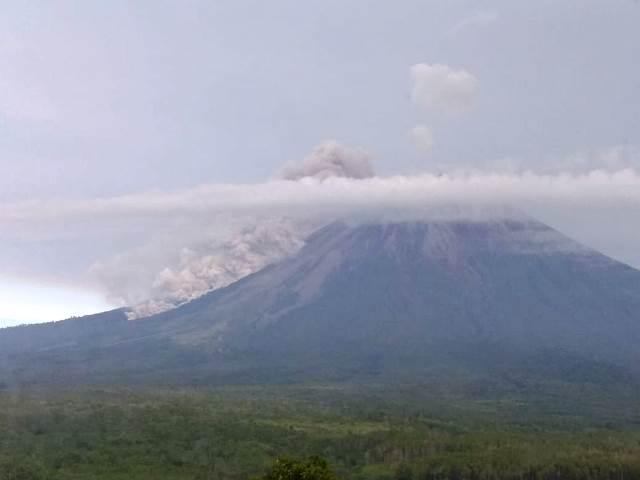 Gunung Semeru Keluarkan Awan Panas Setinggi 2 Km : Okezone News