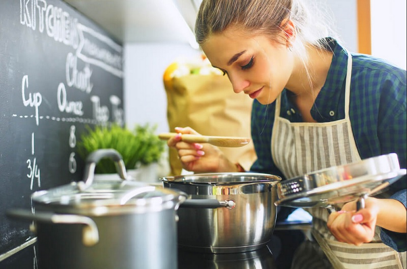 https: img.okezone.com content 2020 04 19 298 2201534 6-tips-memasak-bagi-pemula-serunya-jadi-chef-dadakan-di-rumah-80CKqU6eJ2.jpg