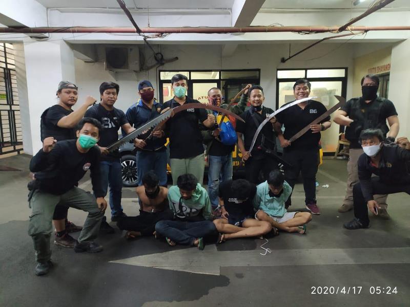 https: img.okezone.com content 2020 04 19 338 2201689 polisi-tangkap-4-pemuda-bawa-senjata-tajam-untuk-tawuran-IqOALrjDjJ.jpg