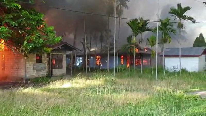 https: img.okezone.com content 2020 04 19 340 2201657 bentrok-di-sentani-8-rumah-dibakar-dan-6-luka-luka-0wpeyVwDie.jpg