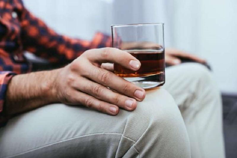 https: img.okezone.com content 2020 04 19 481 2201467 who-sebut-minum-alkohol-tingkatkan-risiko-terinfeksi-virus-corona-KNxvV8Wbyt.jpg