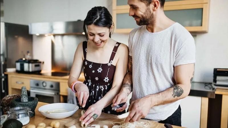 https: img.okezone.com content 2020 04 19 481 2201546 7-manfaat-masak-di-rumah-bagi-kesehatan-mental-neMZBy3bab.jpg