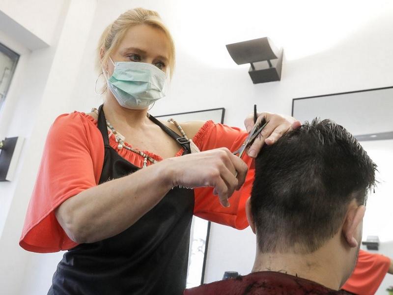 https: img.okezone.com content 2020 04 19 611 2201477 ketahui-hal-hal-ini-sebelum-potong-rambut-ke-salon-saat-pandemi-covid-19-Hm9kg6dac9.jpg