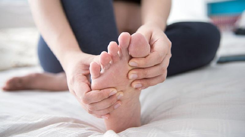 https: img.okezone.com content 2020 04 20 481 2202151 awas-nyeri-pada-kaki-bisa-jadi-terinfeksi-gejala-covid-19-QzhyaBd9s0.jpg