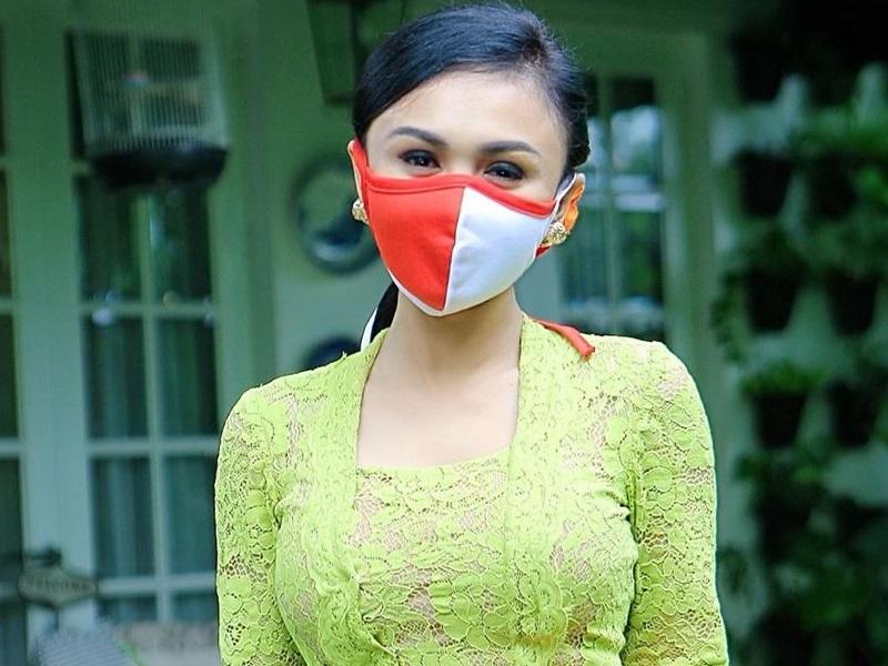 https: img.okezone.com content 2020 04 22 194 2203397 pakai-masker-kecantikan-yuni-shara-berkebaya-di-hari-kartini-tetap-terpancar-rrLX3HGZtx.jpg