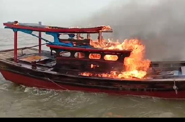 https: img.okezone.com content 2020 04 22 340 2203114 curi-ikan-pakai-pukat-harimau-kapal-nelayan-dibakar-hdbCJjqbZt.jpg