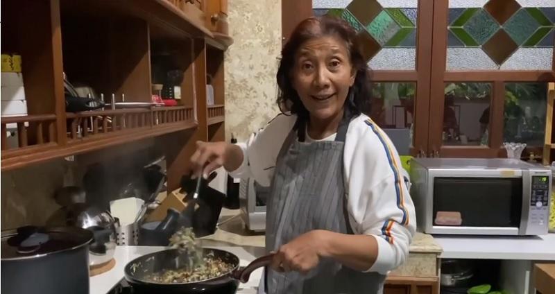https: img.okezone.com content 2020 04 23 298 2203844 intip-susi-pudjiastuti-masak-oseng-tutut-yummy-K91Y2h1PsC.jpg