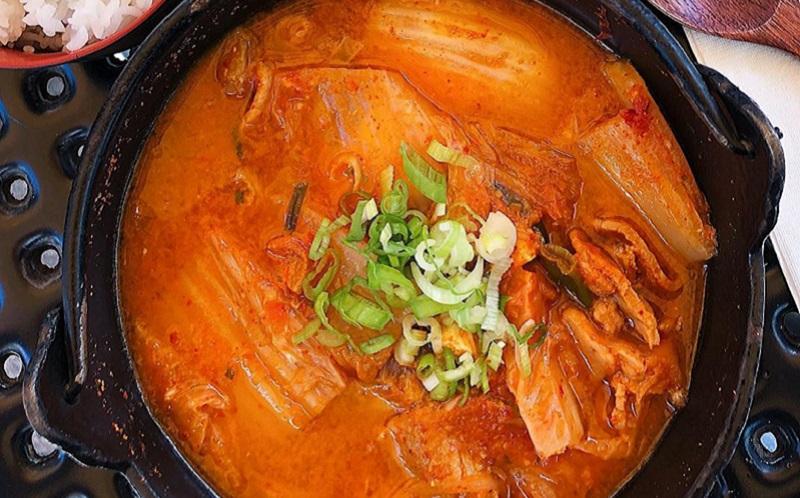 https: img.okezone.com content 2020 04 23 298 2203897 tak-perlu-ke-restoran-korea-ini-resep-asyik-bikin-kimchi-jjigae-di-rumah-OA8GWVQ6Nt.jpg
