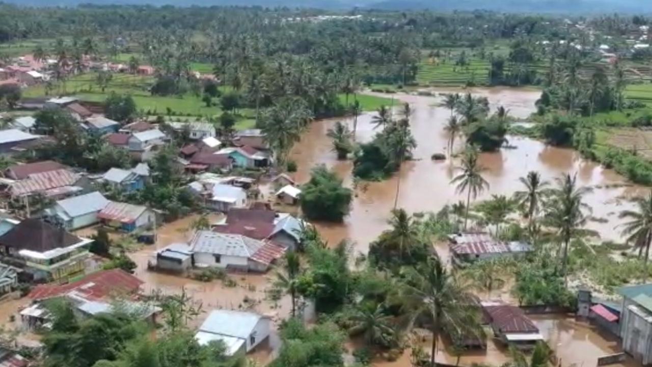 https: img.okezone.com content 2020 04 23 340 2203714 ratusan-rumah-di-bengkulu-diterjang-banjir-bandang-uS5BrXNUWT.jpg