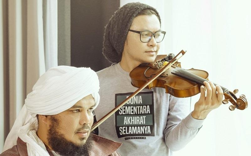 https: img.okezone.com content 2020 04 25 205 2204879 duet-dengan-aya-ibrahim-ustadz-derry-sulaiman-hadirkan-single-religi-45E2B2UenA.jpg
