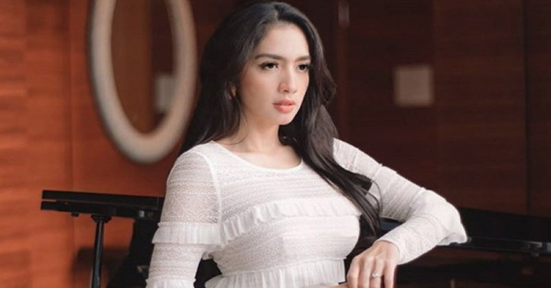 https: img.okezone.com content 2020 04 25 33 2204673 angel-karamoy-kisahkan-detik-detik-berpulangnya-sang-ayah-r9TCYyVOFa.jpg