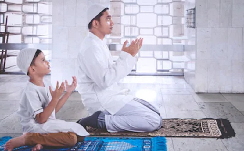 https: img.okezone.com content 2020 04 25 616 2204892 ketika-para-ayah-harus-menjadi-imam-sholat-tarawih-DQKRV9UnZk.jpg