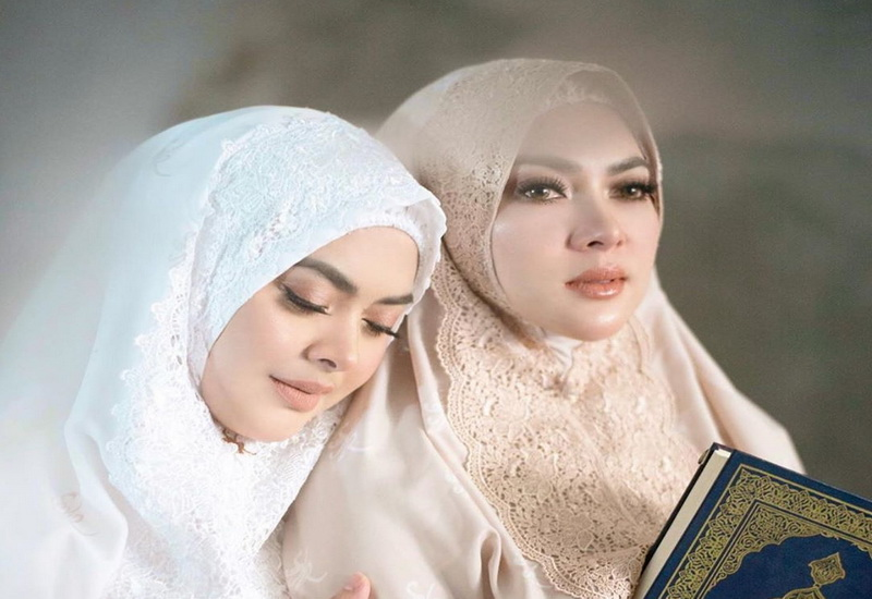 https: img.okezone.com content 2020 04 26 620 2205156 berhijab-princess-syahrini-terlihat-makin-sholehah-w6aWK4dx3Y.jpg