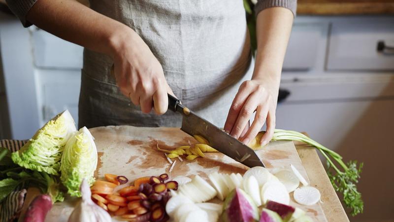 https: img.okezone.com content 2020 04 27 298 2205788 trik-masak-sahur-praktis-ala-chef-juna-dijamin-enggak-keteteran-di-dapur-813pPxjFOM.jpg