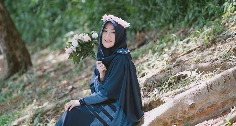 https: img.okezone.com content 2020 04 27 617 2205466 3-gaya-hijab-ala-larissa-chou-menantu-ustadz-arifin-ilham-FgdTwq4Ss8.jpg