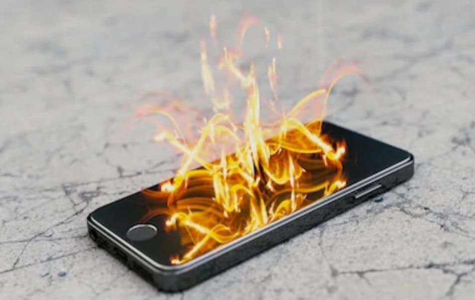 https: img.okezone.com content 2020 04 27 92 2205771 4-alasan-ponsel-anda-cepat-panas-ZiumxrxjvM.jpeg