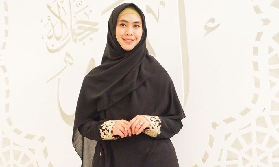 https: img.okezone.com content 2020 04 28 617 2205909 gaya-hijab-oki-setiana-dewi-syari-tetap-cantik-R40lHb0npA.jpg