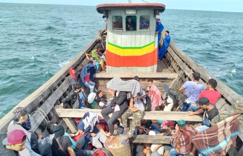 https: img.okezone.com content 2020 04 29 608 2206401 72-orang-pekerja-migran-indonesia-terlantar-di-muara-sungai-ludam-asahan-9xnKDP09RC.jpg