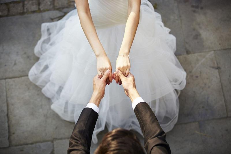 https: img.okezone.com content 2020 04 29 612 2206743 pernikahan-ditunda-karena-corona-jangan-sedih-stay-positive-dan-lakukan-hal-ini-uj4od48KrN.jpg