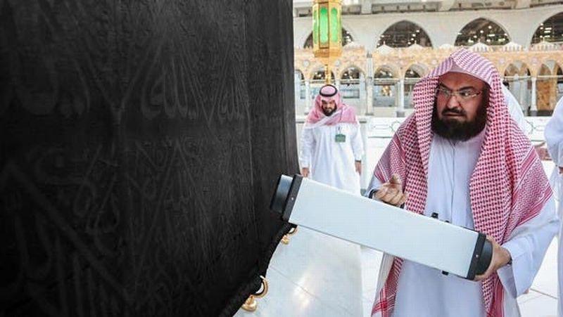https: img.okezone.com content 2020 04 29 614 2206428 turun-tangan-sterilkan-ka-bah-imam-masjidil-haram-al-sudais-gunakan-teknologi-ozon-1O4geZGXfI.jpg