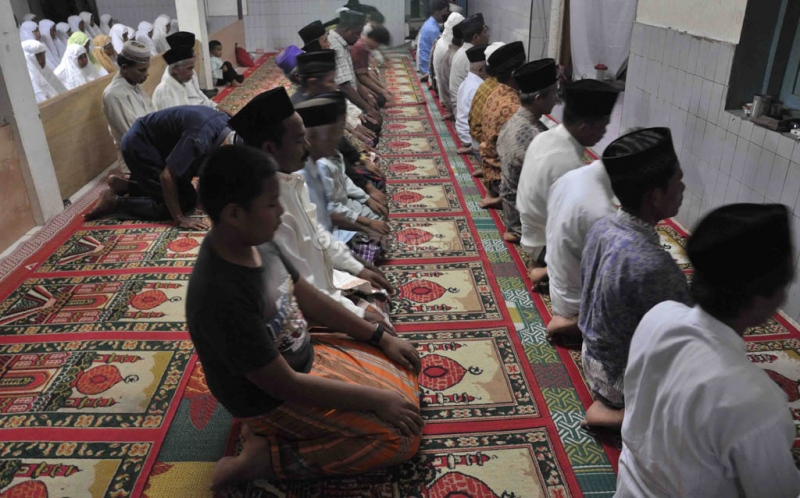 https: img.okezone.com content 2020 04 30 340 2206964 masih-ada-warga-yang-salat-tarawih-di-masjid-saat-pandemi-covid-19-jD4G07nSwT.jpg
