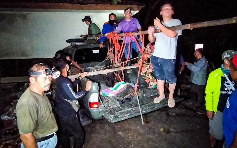 https: img.okezone.com content 2020 04 30 510 2207115 2-ekor-beruang-madu-di-wrc-jogja-lepas-ditangkap-setelah-ditembak-bius-nQNJIwNIKS.jpg