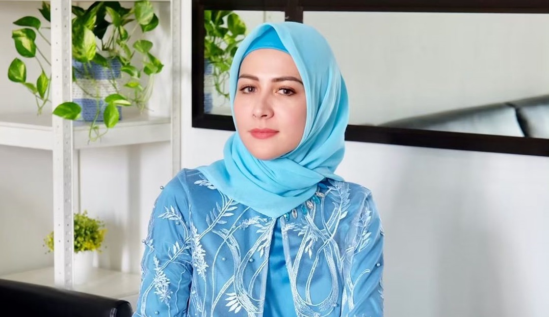 https: img.okezone.com content 2020 04 30 617 2207092 putuskan-hijrah-begini-gaya-hijab-artis-artis-mualaf-SZUa4a1DNp.jpg