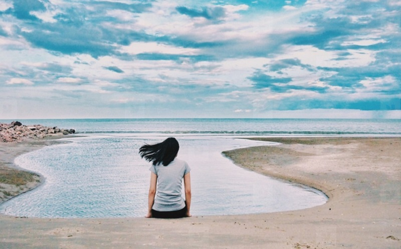 https: img.okezone.com content 2020 05 01 196 2207933 4-cara-mengatasi-kesepian-yang-bisa-kamu-coba-PBGcFvEPAf.jpg