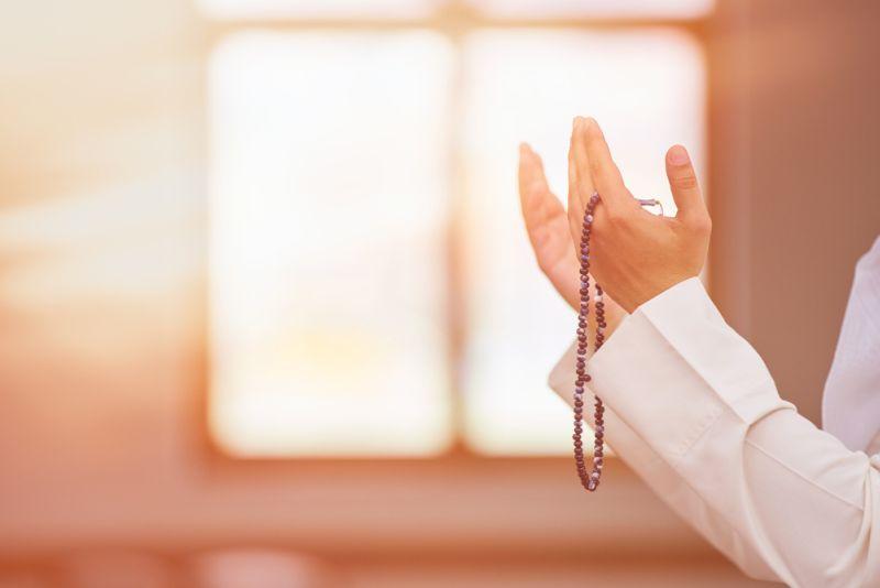 https: img.okezone.com content 2020 05 01 330 2207642 5-renungan-di-bulan-ramadhan-pertama-usia-untuk-apa-dipergunakan-JYKQbVrPdH.jpg