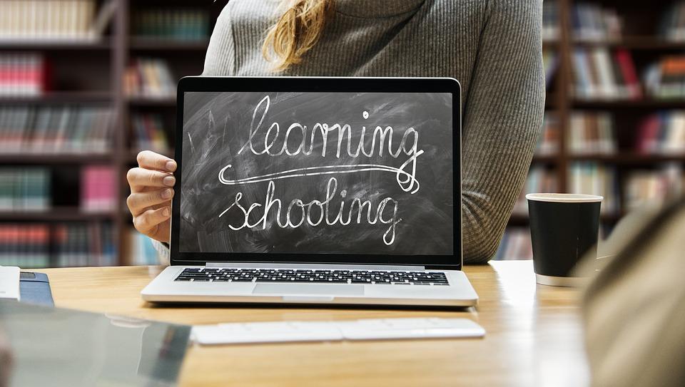 https: img.okezone.com content 2020 05 02 196 2208132 curhat-orangtua-harus-jadi-satpam-saat-dampingi-anak-belajar-online-XImV5X1rU9.jpg