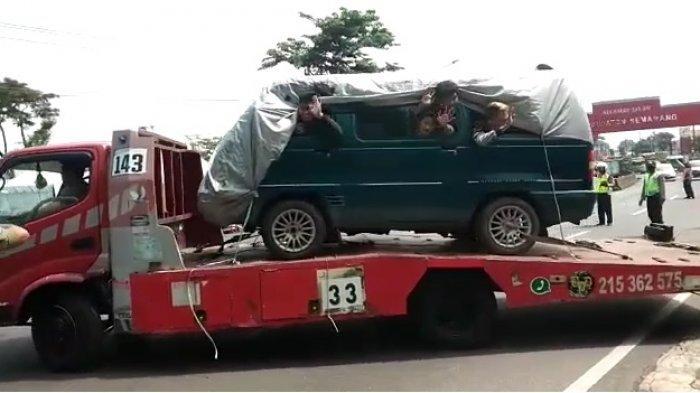 https: img.okezone.com content 2020 05 03 337 2208500 kelabui-petugas-empat-pemudik-sembunyi-di-minibus-diangkut-truk-towing-h4TPSE10EX.jpg