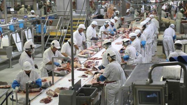 https: img.okezone.com content 2020 05 04 320 2209116 kemenperin-ajukan-kemudahan-perizinan-impor-untuk-industri-pengolahan-daging-EtAzHYKEpA.jpg