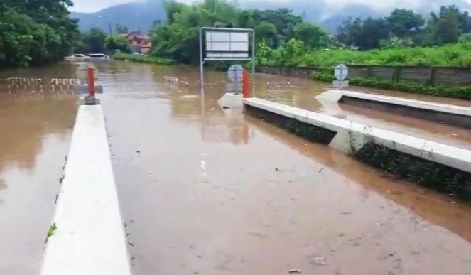 https: img.okezone.com content 2020 05 04 340 2208907 banjir-kepung-kota-cilegon-gerbang-tol-cilegon-barat-ditutup-F9mMHjK4hC.jpg