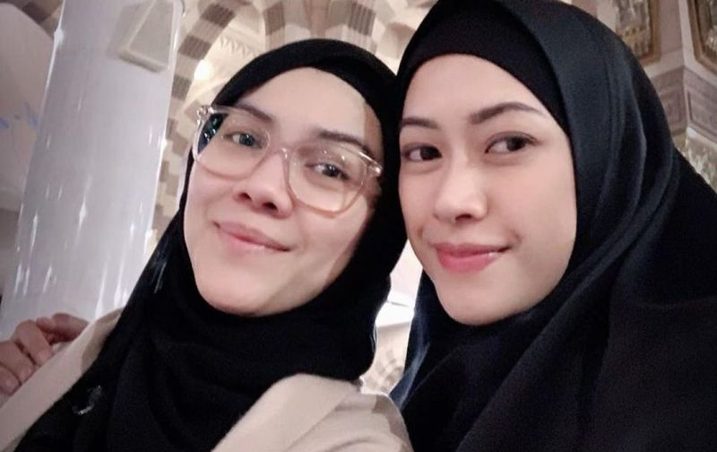 https: img.okezone.com content 2020 05 04 617 2209169 gaya-hijab-santun-menantu-sby-aliya-rajasa-di-tanah-suci-ZsB4M13SBN.jpg