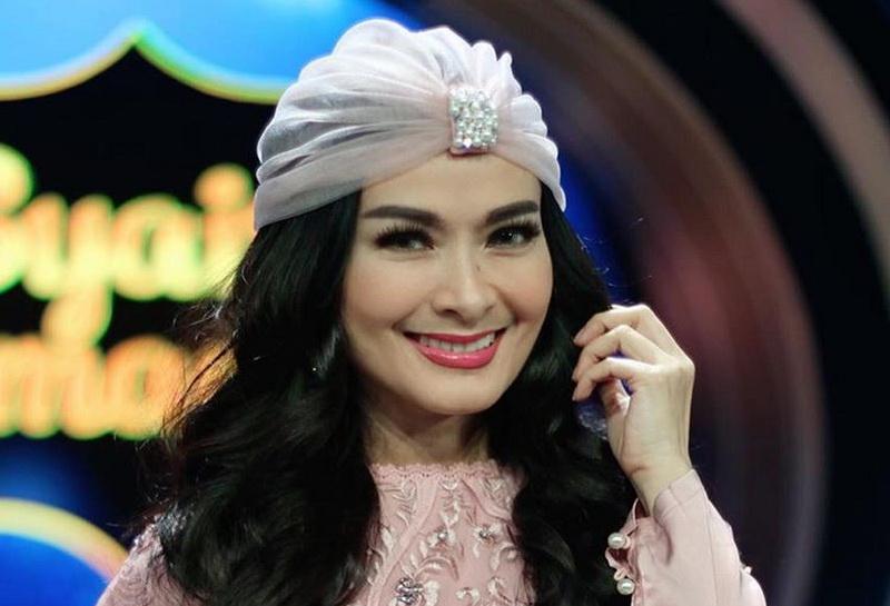 https: img.okezone.com content 2020 05 05 620 2209408 turban-style-yang-bikin-bella-shofie-glamor-dan-iis-dahlia-jadi-wah-N1wc1imH9l.jpg